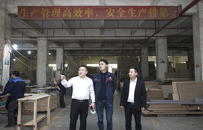 赢木之源酒店家具工厂生产车间实景图